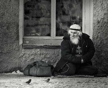 В переходе старичок стоял
