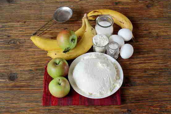 Запеканка творожная с бананами и яблоками